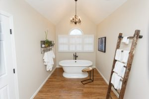 Wide-view-of-tub-with-out-ladder